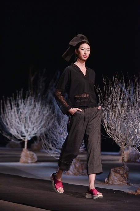 Sử dụng hai gam màu chủ đạo là đen, xám, đường nét cắt trên nền vải dệt kim cao cấp, những thiết kế tối giản nhưng đầy tinh tế. Những chiếc áo dáng rộng là thiết kế có tính ứng dụng cao.