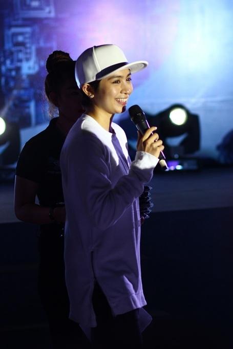 Gil Lê tiếp tục thể hiện khả năng dẫn chương trình khi gặp gỡ các khán giả trong đêm nhạc được tổ chức tại thành phố biển Quy Nhơn.
