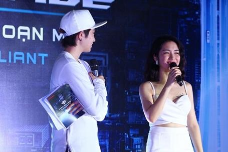 Xuất hiện tại chương trình trong trang phục đầy gợi cảm, Hòa Minzy trò chuyện thoải mái với Gil Lê trên sân khấu. Các nghệ sĩ đã cống hiến một đêm trình diễn diễn đáng nhớ cho các khán giả ở thành phố biển.