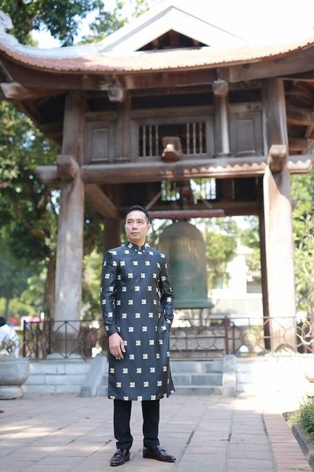 NTK Hoài Nam chọn mặc áo dài tham dự buổi họp báo tại Văn miếu Quốc tử giám.