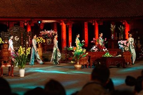 """""""Bản thân áo dài đã tôn vinh nét nữ tính, nét đằm thắm của người phụ nữ Việt Nam. Tôi muốn giữ lại tất cả những nét đẹp truyền thống của tà áo dài, NTK chỉ đóng vai trò tô điểm, hòa sắc thêm sự duyên dáng, gợi cảm theo một cách rất đặc biệt của tà áo dài Việt Nam"""", NTK Hùng Việt chia sẻ."""