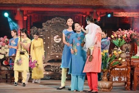 """Theo cảm nhận riêng của NTK Quang Huy: """"Cô Như Quỳnh là một nghệ sỹ đã gắn liền với hình ảnh người phụ nữ Hà Nội với những vai diễn mang đậm chất Á Đông và hình ảnh người Hà Nội như: vai Nết trong Đến hẹn lại lên."""""""