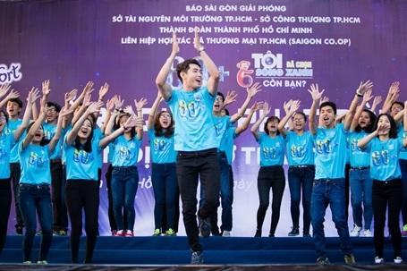 Quang Đăng nhảy flashmob cùng các bạn sinh viên.