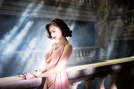 Trong khung cảnh huyền bí của một tòa lâu đài cổ, Đinh Ngọc Diệp lần lượt xuất hiện trong những bộ trang phục lộng lẫy. Ở từng trang phục, biểu cảm và thần thái của Đinh Ngọc Diệp cũng có nét khác biệt. Khi thì cô quyến rũ và yểu điệu, lúc thì cô đầy bí ẩn và huyền hoặc. Được biết, Victor Vũ và Đinh Ngọc Diệp dành hai ngày để quay những thước phim này. Tòa lâu đài cổ thực chất tọa lạc tại Vũng Tàu, được chính Victor Vũ tìm kiếm và lựa chọn từng bối cảnh.