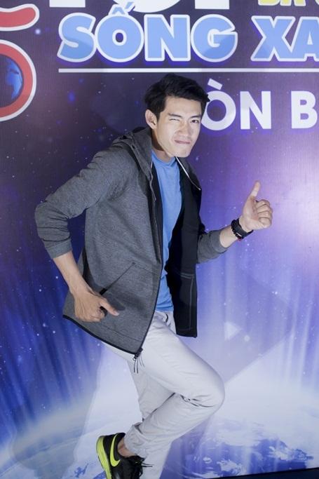 Mặc dù đang tham gia một khoá huấn luyện về chuyên môn tại Singapore, Quang Đăng vẫn sắp xếp thời gian bay gấp về Việt Nam trong chiều 19/3 để kịp tham gia chương trình. Anh diện trang phục trẻ trung, năng động và tham gia một bài nhảy flashmob cùng các tình nguyện viên.