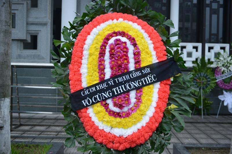 Các em nhạc sĩ Trịnh Công Sơn gửi vòng hoa viếng nhạc sĩ Thanh Tùng. Sinh thời, Trịnh Công Sơn là người bạn tâm giao của Thanh Tùng.