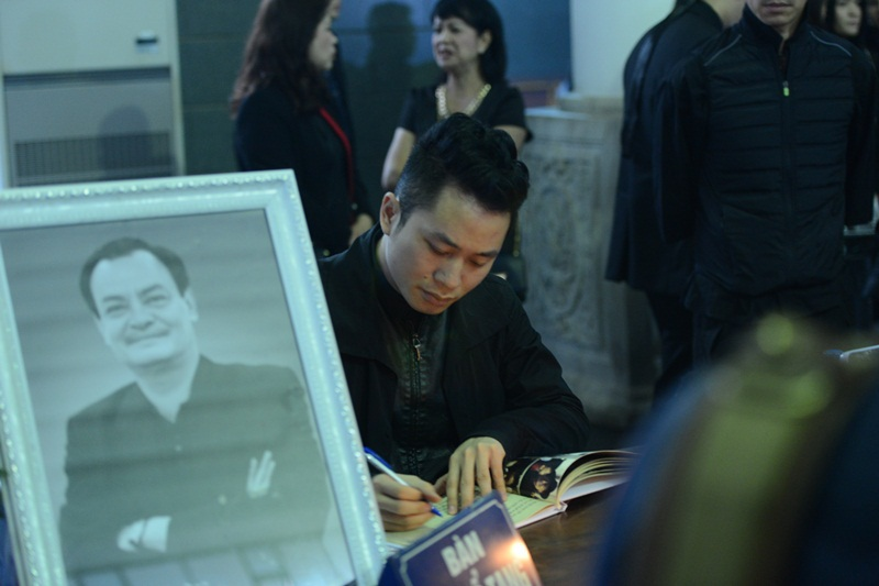 Ca sĩ Tùng Dương kính cẩn viết trong cuốn sổ tang của người nhạc sĩ mà anh tôn kính. Nam ca sĩ rưng rưng khi đứng trước linh cữu nhạc sĩ Thanh Tùng.