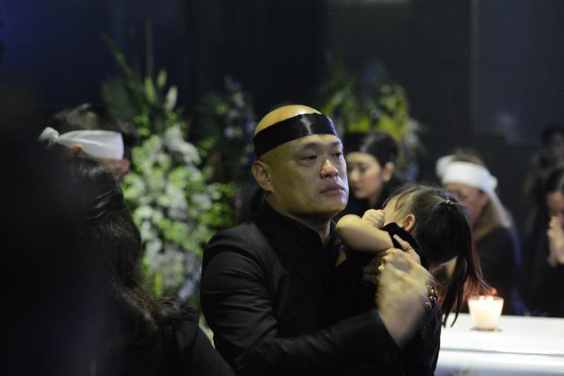 Anh Thông - con trai thứ nhạc sĩ Thanh Tùng bần thần trước sự ra đi của người bố đáng kính.