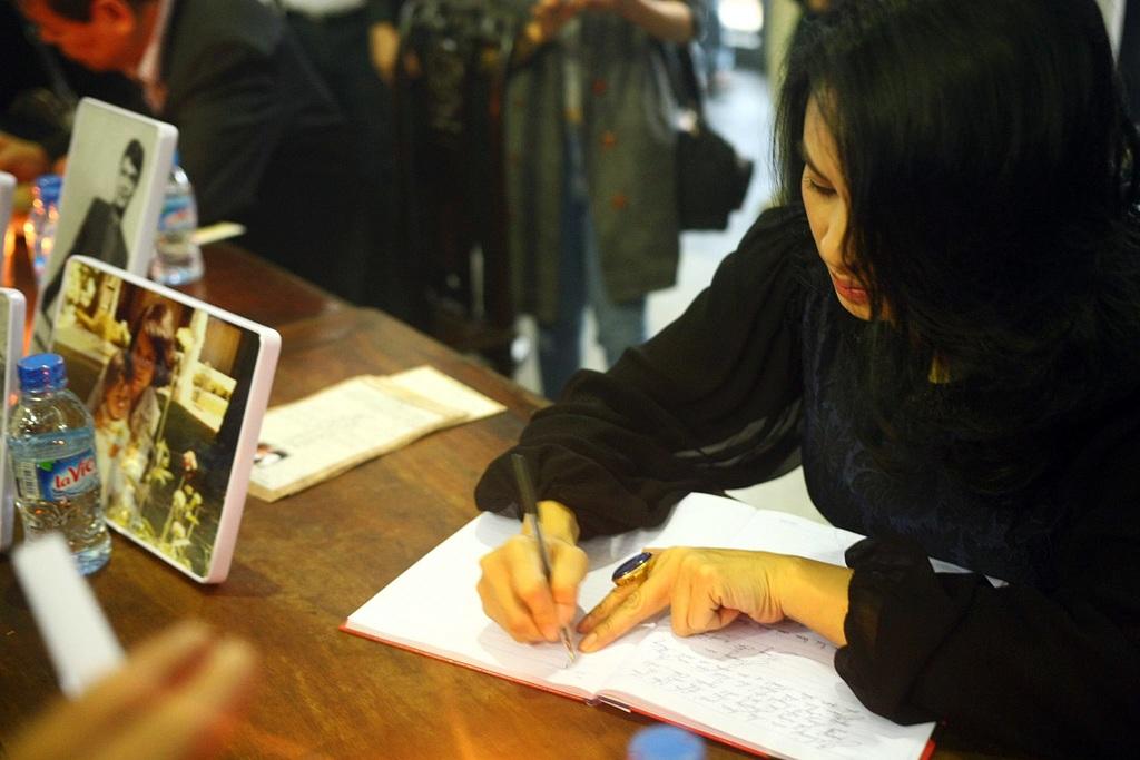 """Ca sĩ Thanh Lam viết lời tiễn biệt: """"Ai vội đi để ai còn đứng đó. Tìm bàn chân ai trong tiếng lá rơi,… Nhớ thầy vô cùng, tiễn biệt. (Thanh Lam)""""."""