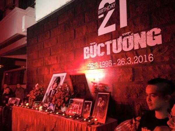 Những hoạt động tưởng niệm nhạc sĩ, ca sĩ Trần Lập vẫn tiếp diễn sau tang lễ anh. Tối qua, sinh nhật giản dị lần thứ 21 của Ban nhạc Bức Tường đã diễn ra tại Nhà hát Âu Cơ. (Ảnh: Fanpage Bức Tường).