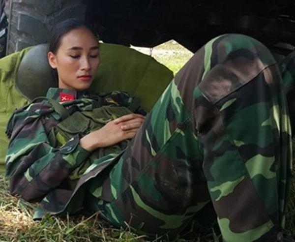 """Trang Khiếu đăng tải hình cô mặc quân phục, say sưa ngủ dưới gầm xe tải kèm chú thích: """"Giữa chiến trường. Nắng như thế này thì giặc cũng phải ngủ. Chúng tôi là chiến sĩ."""