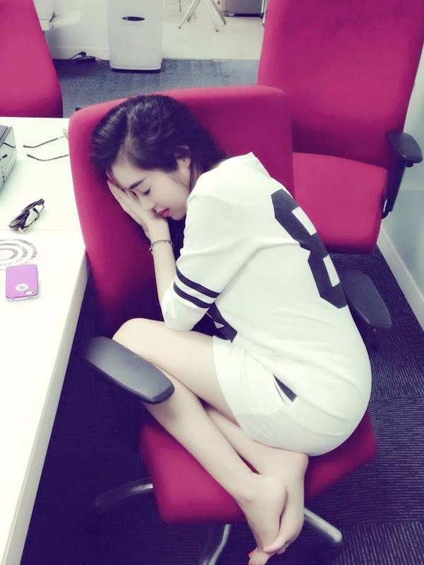 Bà mẹ 2 con Elly Trần ngủ trên ghế với phong cách ngủ cũng cần sang chảnh.