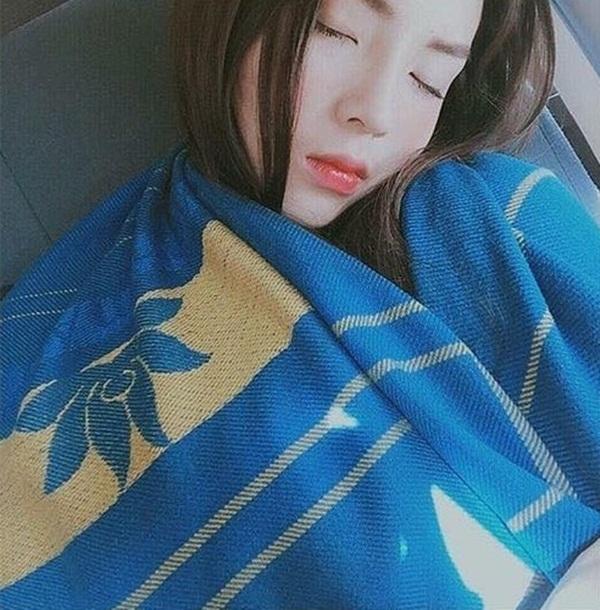 Sau khi vướng sự cố ảnh dáng ngủ xấu bị đăng tải, Kỳ Duyên luôn chú ý tư thế ngủ. Kỳ Duyên dùng chăn đắp kín cả người khi đang ngủ trên máy bay để không xảy ra sự cố đáng tiếc.