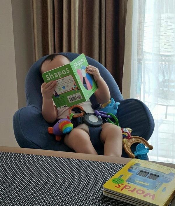 Để Gấu đọc sách cho bố mẹ nghe nhé!, mẹ Thu Minh chú thích ảnh.