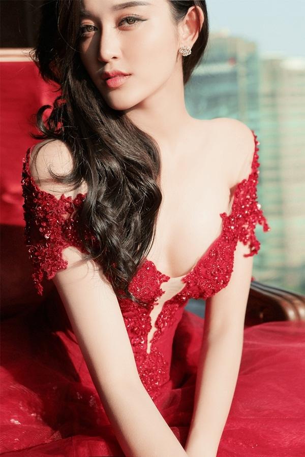 Mới đây, Huyền My thực hiện một bộ ảnh thời trang mới đi theo phong cách quyến rũ và sang trọng.