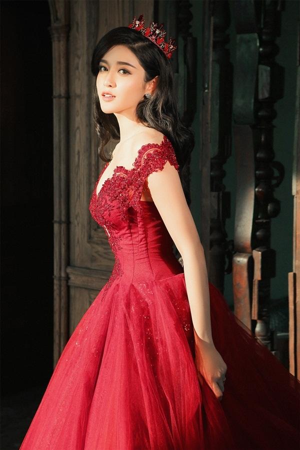 Trong những hình ảnh mới nhất này, Huyền My khoe nét đẹp lộng lẫy trong hai chiếc váy dạ hội.