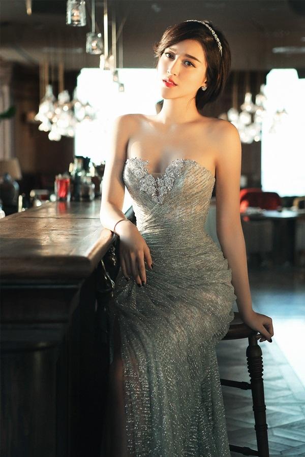 Cô ưu ái chọn bộ váy cúp ngực đính kim sa màu bạc nhằm làm nổi vậy vẻ đẹp quyến rũ của mình.