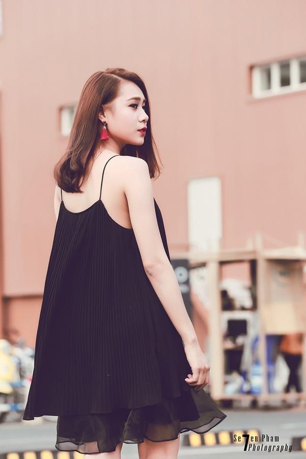 Cô nàng quyến rũ với váy suông hai dây xếp li.