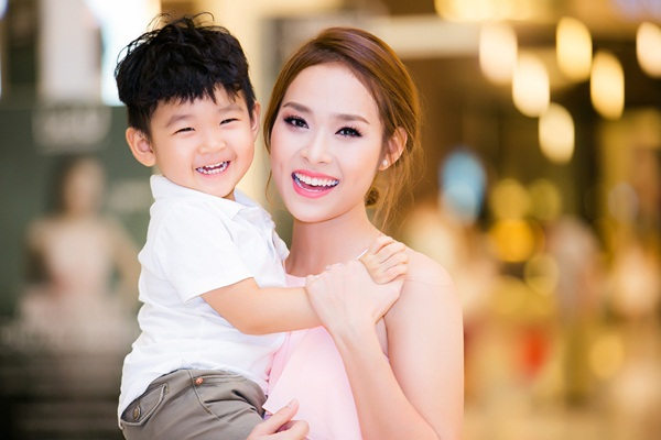 Trong lần hiếm hoi xuất hiện cạnh mẹ trong một sự kiện giải trí, bé Kid thu hút chú ý của đám đông.