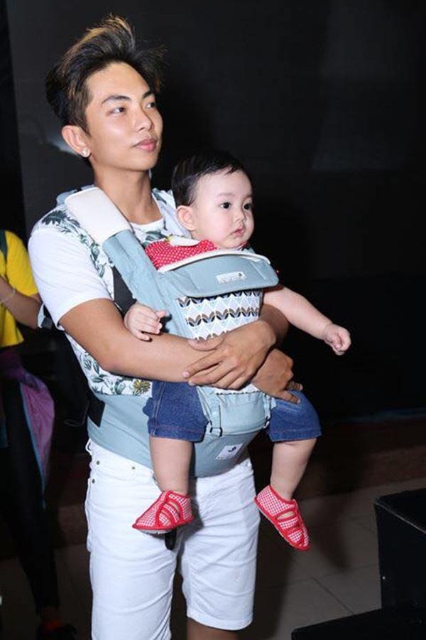 Phan Hiển và con trai trong một lần tới cổ vũ Khánh Thi làm việc.