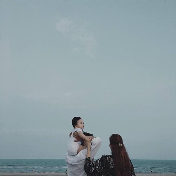 Tổ ấm nhỏ của Khánh Thi - Phan Hiển cùng nhau đi chơi ở bờ biển.