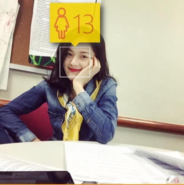 Hạ Vi được ứng dụng Facebook đoán mới chỉ 13 tuổi trong bức ảnh cô chụp tại lớp học.