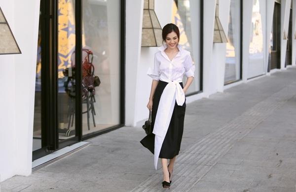 Chân váy lửng xòe màu đen là phụ kiện theo phong cách tối giản và luôn nằm trong danh sách item-phải-có của một quý cô thời trang.