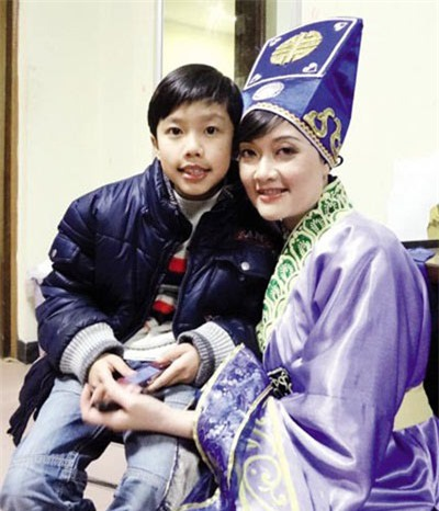 Con trai luôn dõi theo, ủng hộ những vai diễn của Vân Dung. Cậu bé mong mỏi lớn lên sẽ trở thành người quyết đoán như mẹ và hài hước như nghệ sĩ Xuân Bắc.