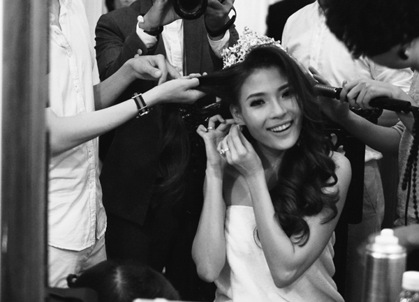 Mái tóc xoăn bồng bềnh gài thêm chiếc vương miện trên đầu khiến Thúy Diễm như một nàng công chúa.