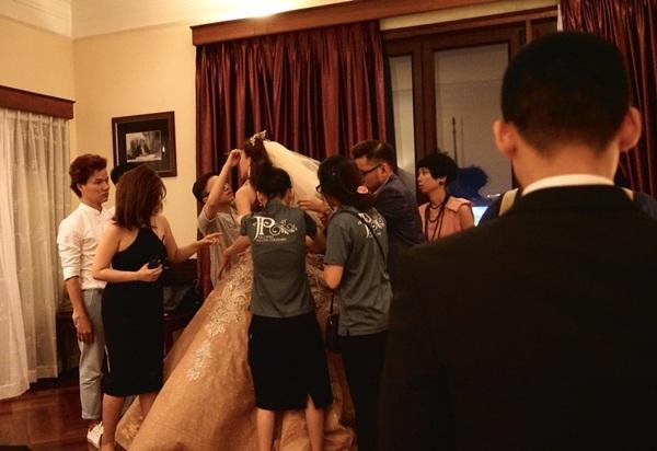 NTK Anh Thư là người thiết kế bộ váy kiêu sa, lộng lẫy như Lọ Lem mà Thúy Diễm diện trong lễ cưới.