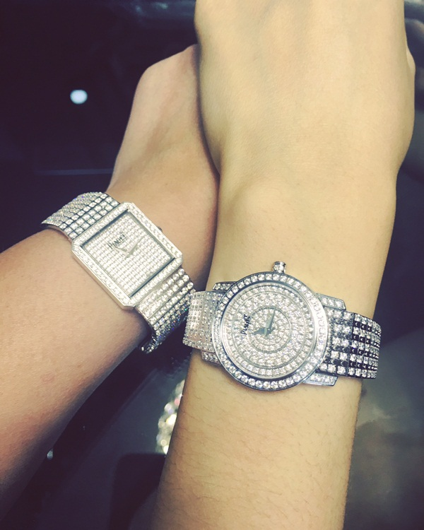 Chiếc đồng hồ được đính toàn bộ bằng kim cương này từng được Á hậu Hoàn vũ đăng tải trên trang cá nhân cùng một phiên bản và cánh tay bí ẩn cách đây ít ngày.