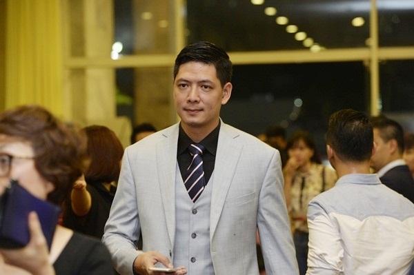 Nam diễn viên Bình Minh đến trao giải nam và nữ diễn viên chính phim điện ảnh xuất sắc.