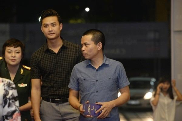Nam diễn viên Tiến Lộc (bìa trái).