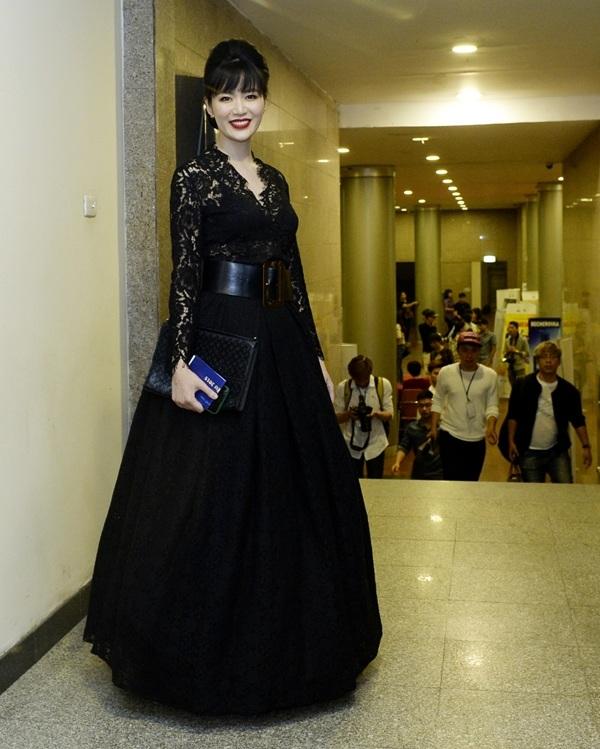 Hoa hậu Thu Thủy đến dự với tư cách khách mời trao giải cho Quay phim truyền hình xuất sắc và thiết kế mỹ thuật phim truyền hình xuất sắc.
