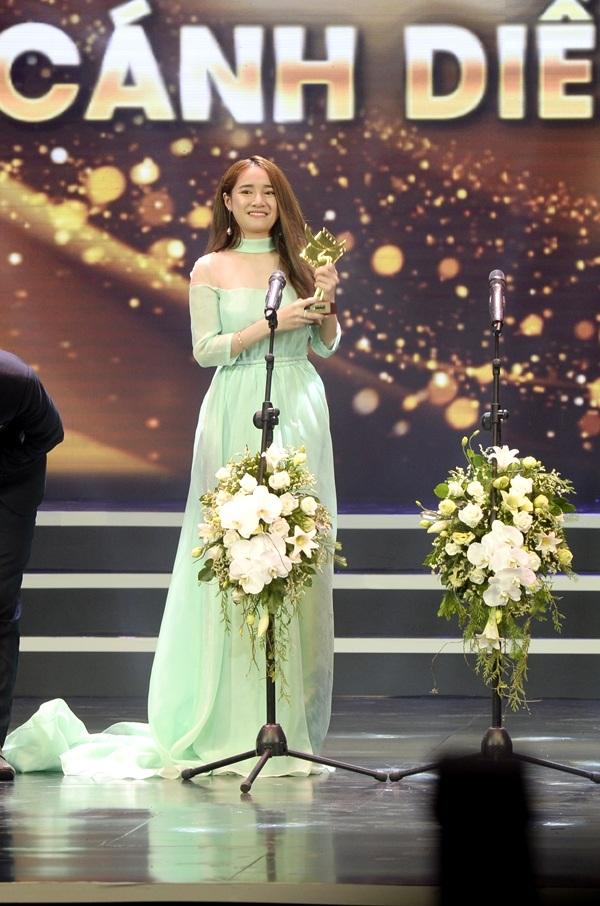Cô xúc động chia sẻ và nghẹn ngào suýt khóc trong thời khắc nhận chiếc cúp danh giá.