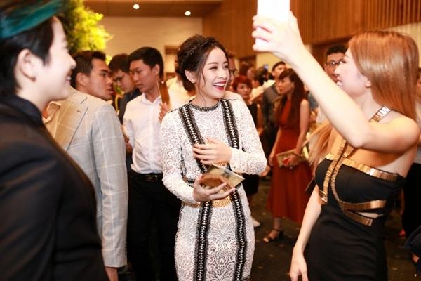 Tại sự kiện, Chi Pu và Gil Lê có dịp hội ngộ những người bạn nghệ sĩ thân thuộc. Cả hai trò chuyện vui vẻ cùng Trang Pháp.