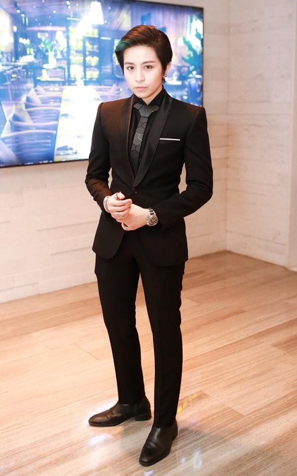 Trái ngược với vẻ đẹp trong sáng của Chi Pu, Gil Lê chọn bộ vest đầy nam tính vốn gắn liền với phong cách chuẩn men quen thuộc.