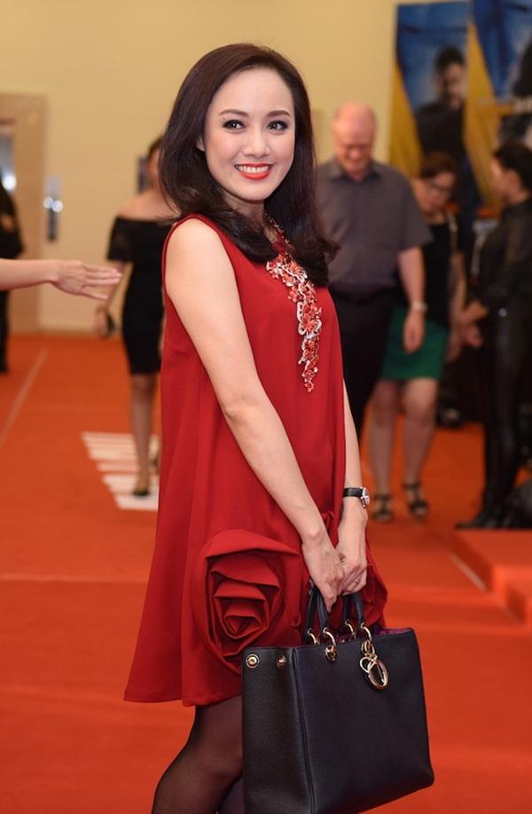 Tối 20/4, BTV Hoài Anh một mình đến dự sự kiện ra mắt phim tại Hà Nội. Đây là dịp hiếm hoi nữ BTV xinh đẹp của chương trình Thời sự trên VTV đến dự một sự kiện. Sự xuất hiện của cô với vẻ ngoài đẹp hút hồn đã khiến không ít người chú ý.