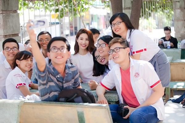 Từng là cựu sinh viên tốt nghiệp loại giỏi của trường ĐH Ngoại Thương nên cô được các bạn học sinh nơi đây đặc biệt yêu mến và ngưỡng mộ.