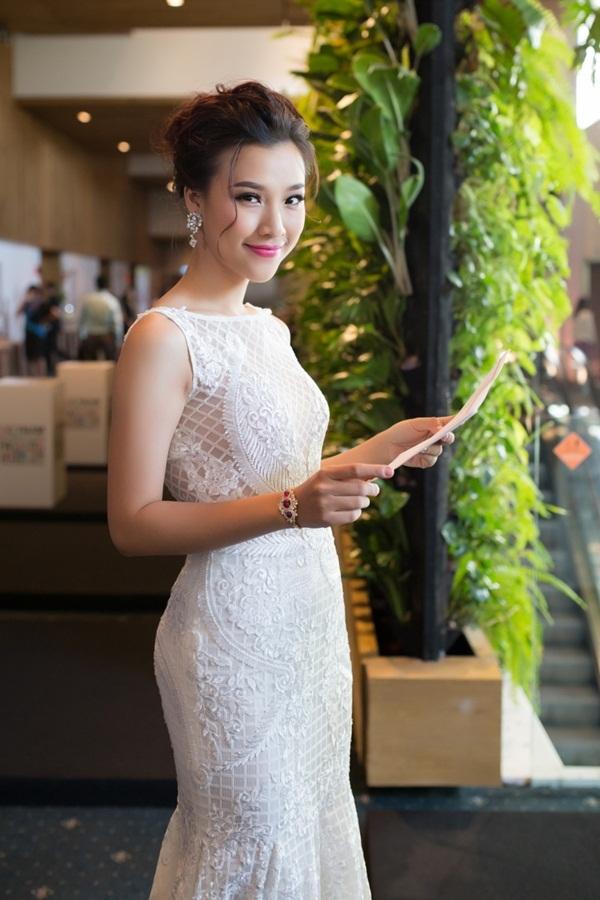 Sự hoạt ngôn duyên dáng cùng kinh nghiệm nhiều năm dẫn chương trình giúp Hoàng Oanh hoàn thành suôn sẻ dù ghi hình trực tiếp.