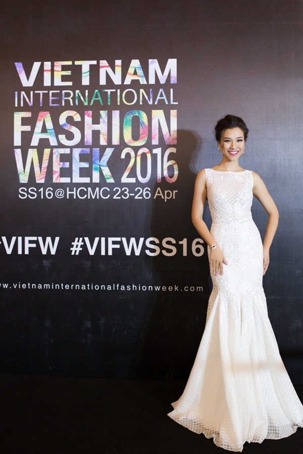Hoàng Oanh tất bật tham dự hai sự kiện cùng lúc vào cuối tuần vừa qua tại TP.HCM. Á hậu Phụ nữ Việt Nam 2012 là một trong những khách mời tại thảm đỏ thảm đỏ Tuần lễ Thời Quốc tế Việt Nam lần thứ hai.