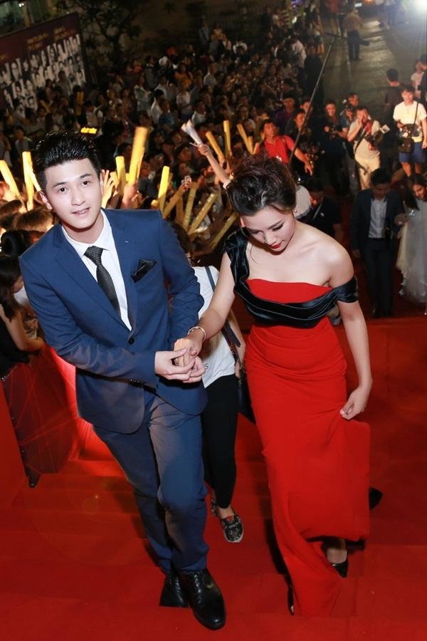 Cô được bạn trai diễn viên Huỳnh Anh hộ tống. Nữ MC nắm tay bạn trai và thể hiện những cử chỉ tình cảm trên thảm đỏ.