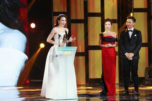 Cả hai trao giải Người mẫu được yêu thích nhất, vinh danh người mẫu - Á khôi Áo dài Lệ Quyên.
