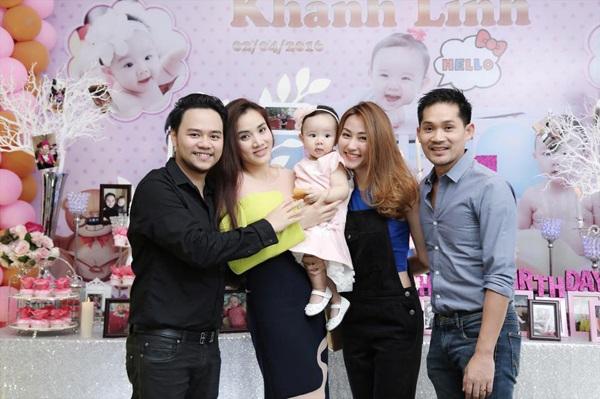 Ngân Khánh đi cùng ông xã tới tham dự bữa tiệc sinh nhật của con gái Trang Nhung (bìa phải).