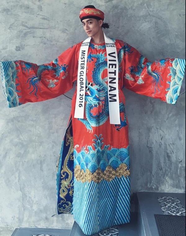 Trong phần thi trang phục dân tộc, anh lựa chọn một bộ cánh đậm chất Á Đông với họa tiết rồng lấy cảm hứng từ áo dài của vua chúa ngày xưa.