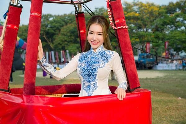Sáng 4/5, Elly Trần rạng rỡ xuất hiện tại lễ khai mạc Ngày hội Khinh khí cầu Quóc tế Huế 2016.