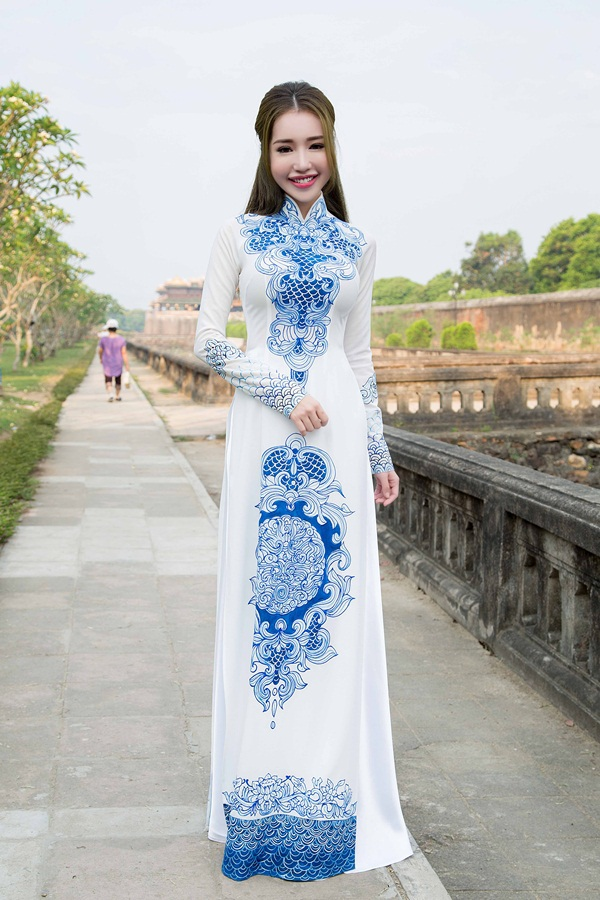 Trong không gian cổ kính của Kinh Thành Huế, người đẹp diện trang phục áo dài truyền thống.