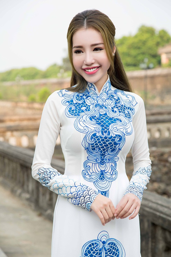 Màu trắng tinh khôi, họa tiết xanh gốm giúp Elly Trần thu hút ánh nhìn với vẻ đẹp nhẹ nhàng.