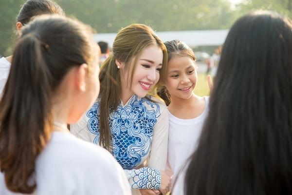 Cô cũng chia sẻ sự quan tâm về các trẻ em khiếm thị và hào hứng khi được cùng các em nhỏ có hoàn cảnh kém may mắn bước lên khinh khí cầu tại sự kiện khởi bay vào buổi chiều cùng ngày.
