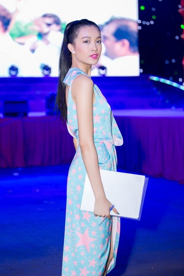 Á hậu rạng rỡ, thanh lịch với bộ trang phục có gam màu xanh pastel, được nhấn nhá bằng hoạ tiết ngôi sao và đường cắt xẻ hiện đại phần thân trước.
